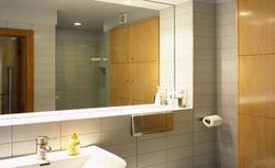 Montujemy lustro w łazience