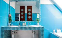 Łazienka na poddaszu w kolorze niebieskim - pomysł na aranżację łazienki