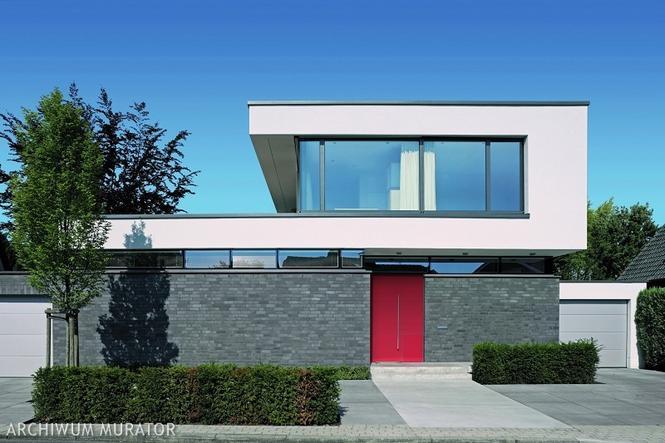 Dom z płaskim dachem i czerwonymi drzwiami