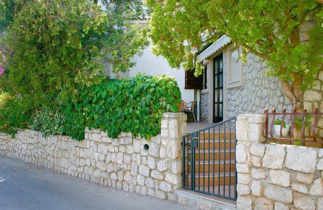 Kamienne ogrodzenie domu
