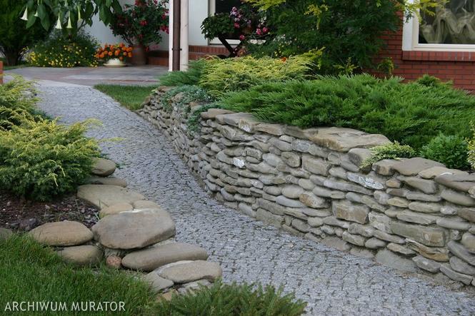 Murek w ogrodzie z kamieni