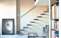 Aranżacja salonu. Salon ze schodami ażurowymi lub pełnymi