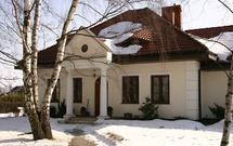 Ochrona kostki brukowej zimą: jak zadbać o nawierzchnie betonowe w czasie mrozów i opadów śniegu?