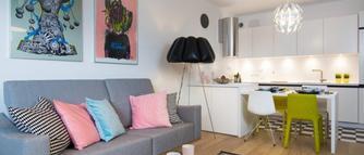Aranżacja salonu z kuchnią. Zobacz, jak przytulnie i nowocześnie urządzić mieszkanie [ZDJĘCIA]