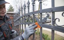 Jak samodzielnie odnowić ogrodzenie metalowe? Zobacz instrukcję KROK PO KROKU