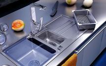 Kuchnia: jak zamontować zlewozmywak? Zlewozmywaki podwieszane, nakładane na szafkę i wpuszczane w blat
