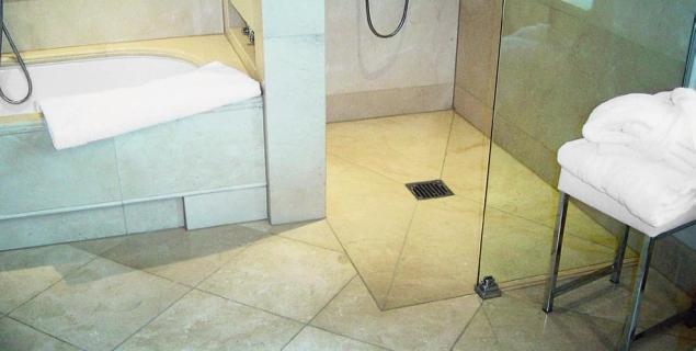 Łazienka bez brodzika. Odpływ w podłodze - ważny detal