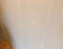 Jasne plamy po malowaniu w miejscu półek