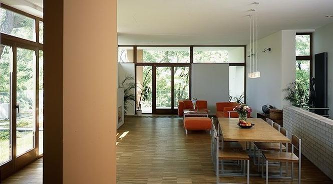 Czy duże okna w salonie to zawsze zaleta? Kiedy utrudnią aranżację wnętrza?